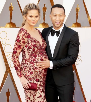 ", Chrissy Teigen Opens Up About Postpartum Depression in ""Glamour"" Essay"
